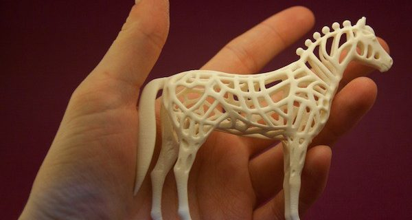 Оригинальный новогодний подарок — фигурка лошади с плетеным узором, созданная при помощи 3D-печати